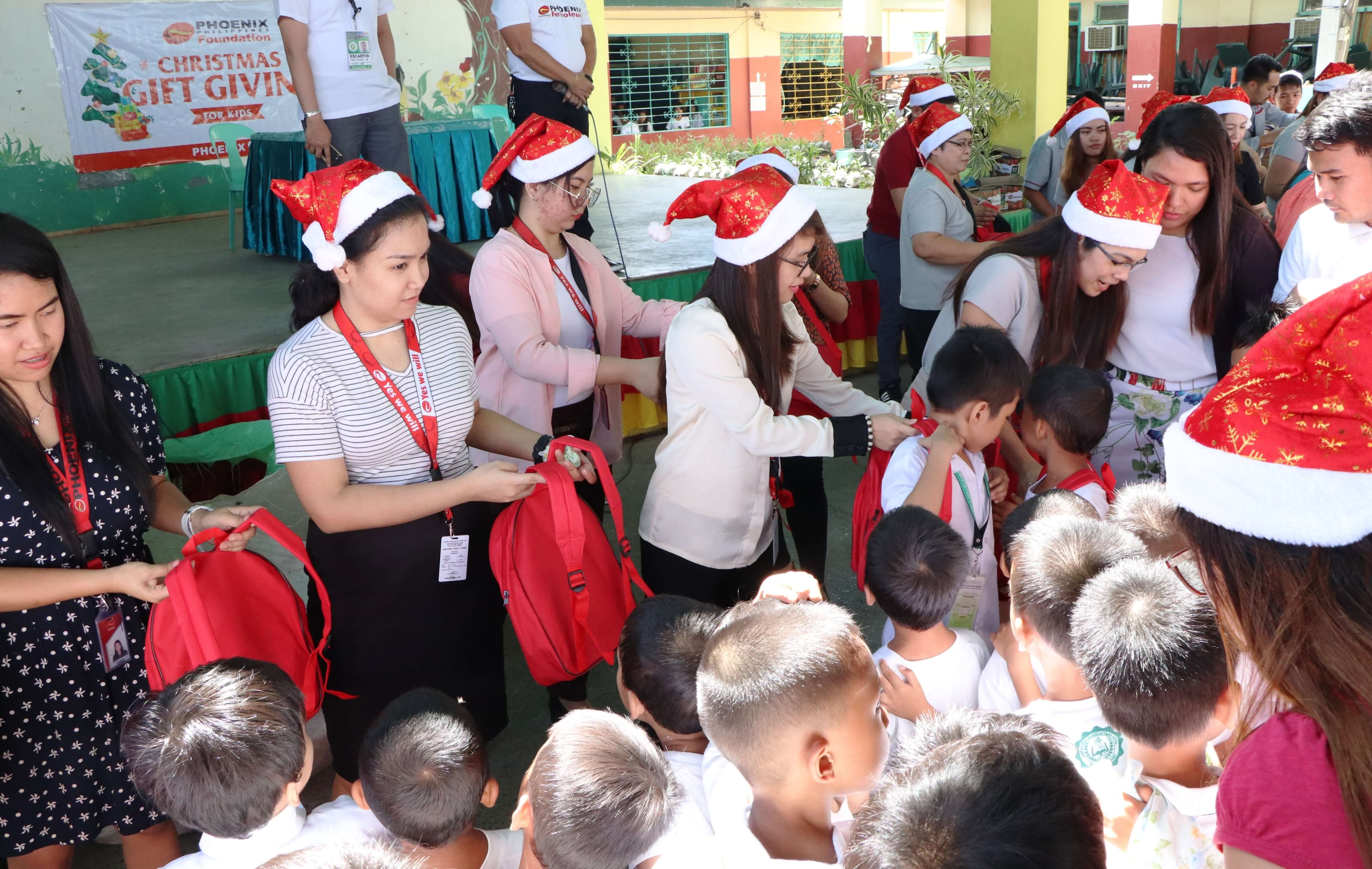 Christmas Gift Giving.Phoenix Brings Smiles To Over 4 000 Kids With Christmas Gift
